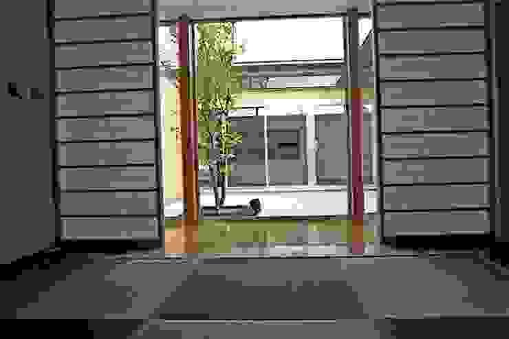 和室から中庭を見る の 三浦尚人建築設計工房 モダン 無垢材 多色