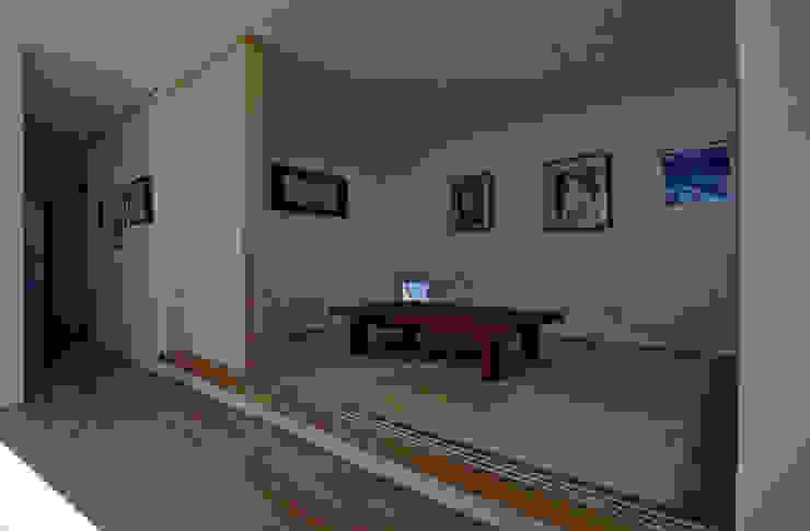 リビングと繋がる小上がりの和室 の 三浦尚人建築設計工房 モダン 石灰岩