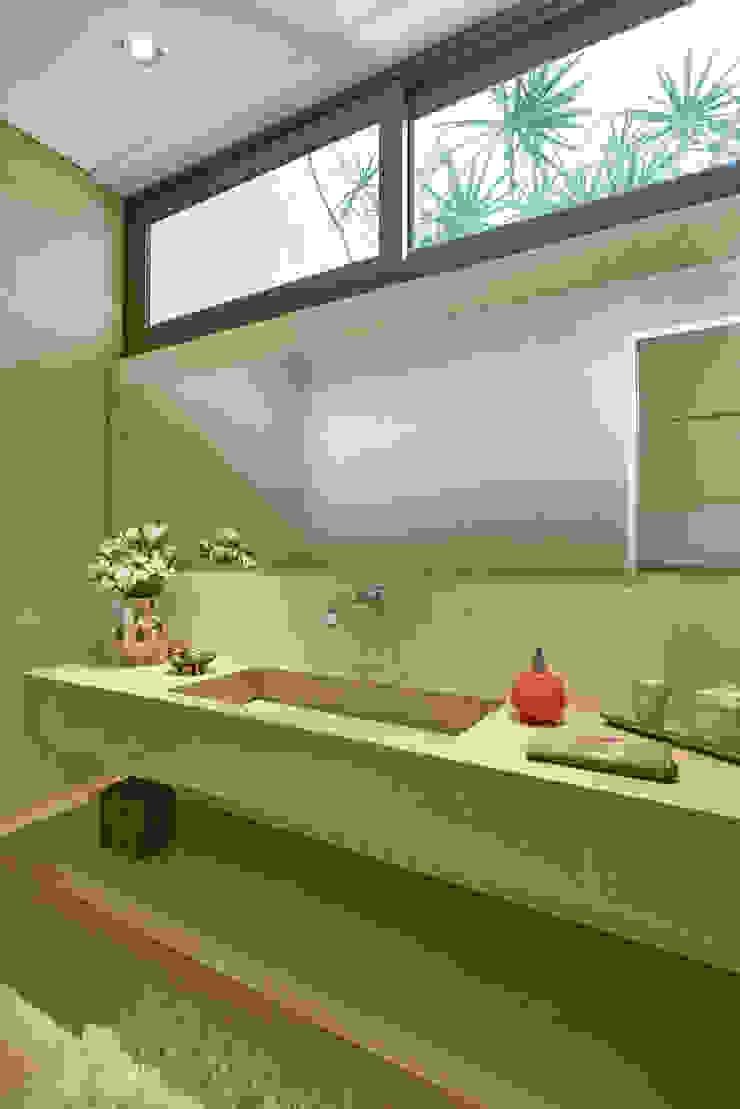 Lavabo com pia esculpida, Casa Amendoeiras. Banheiros modernos por Beth Marquez Interiores Moderno