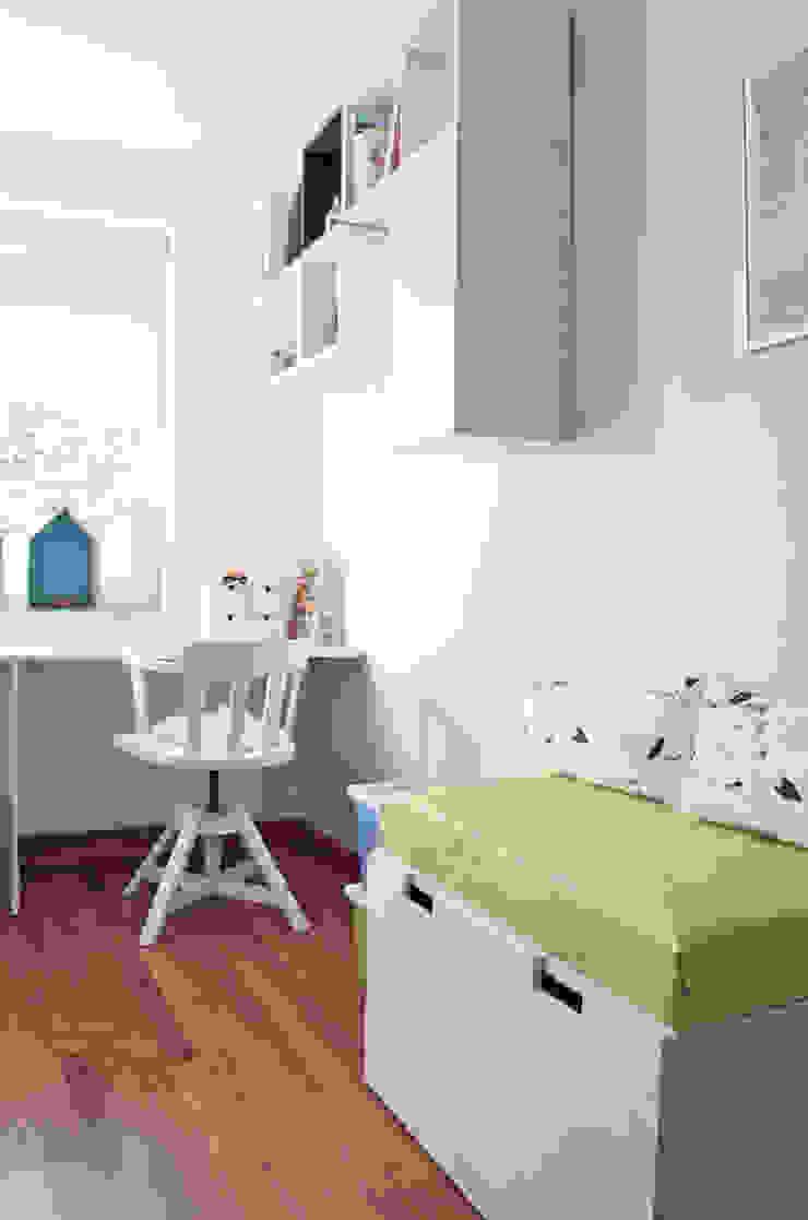 widok na półki i ławę ze schowkiem Nowoczesny pokój dziecięcy od Denika Nowoczesny