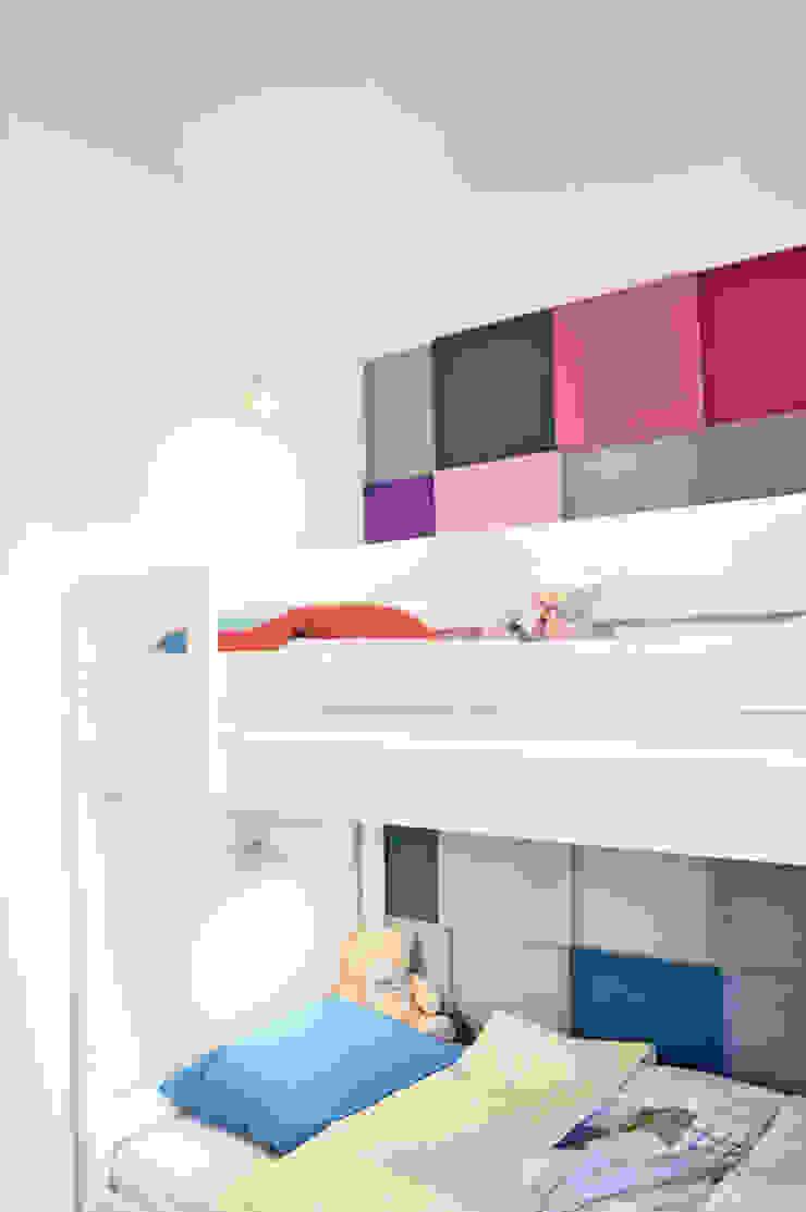 widok na łóżko i miękką okładzinę ścienną Nowoczesny pokój dziecięcy od Denika Nowoczesny