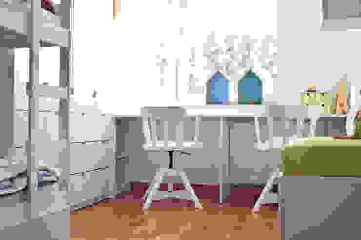 widok na biurka Nowoczesny pokój dziecięcy od Denika Nowoczesny
