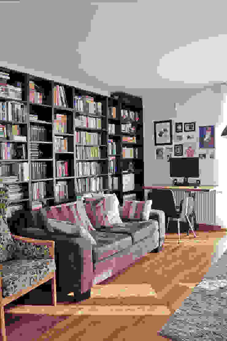 Widok na biblioteczkę i biurko na nogach od maszyny Singer Eklektyczny salon od Denika Eklektyczny