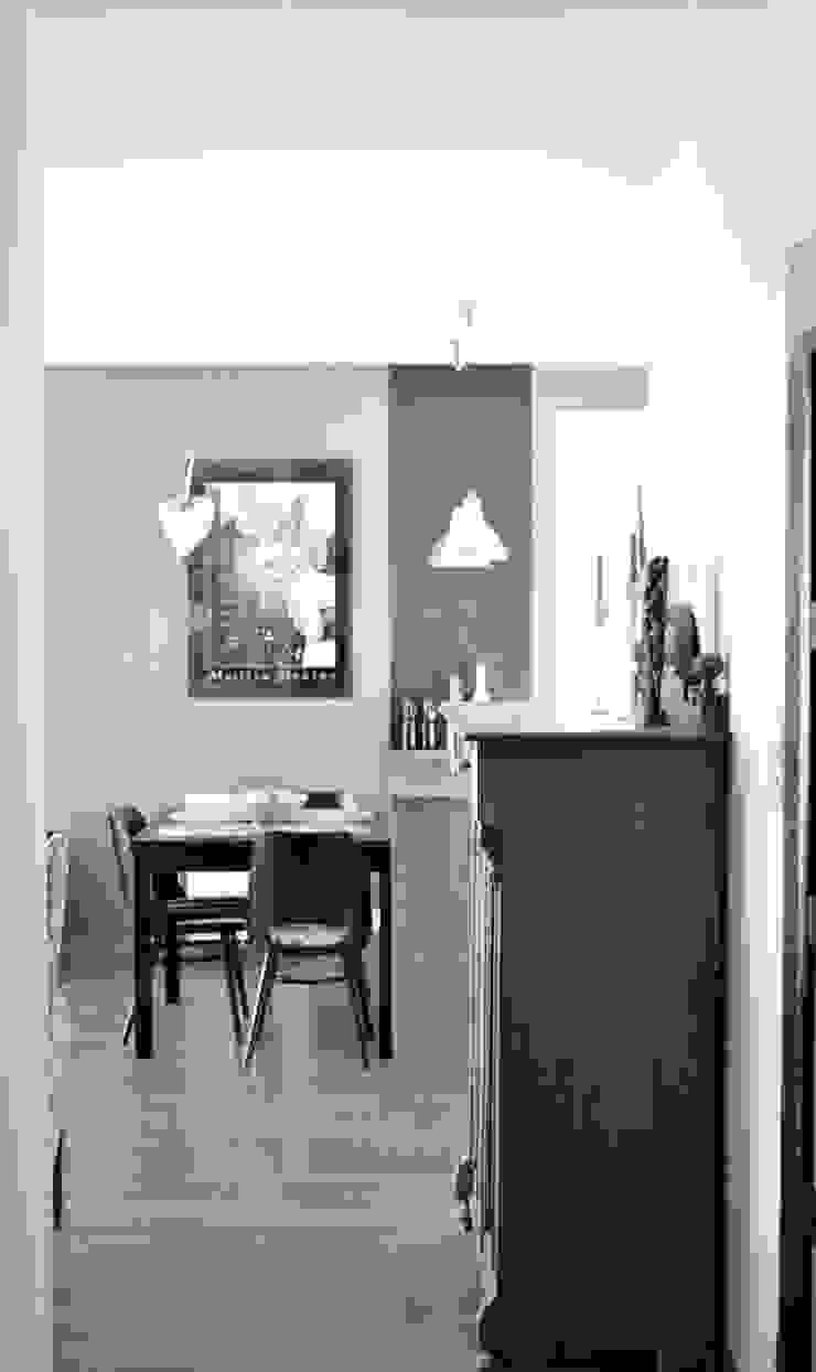 Widok na stół w części jadalnej Eklektyczny salon od Denika Eklektyczny