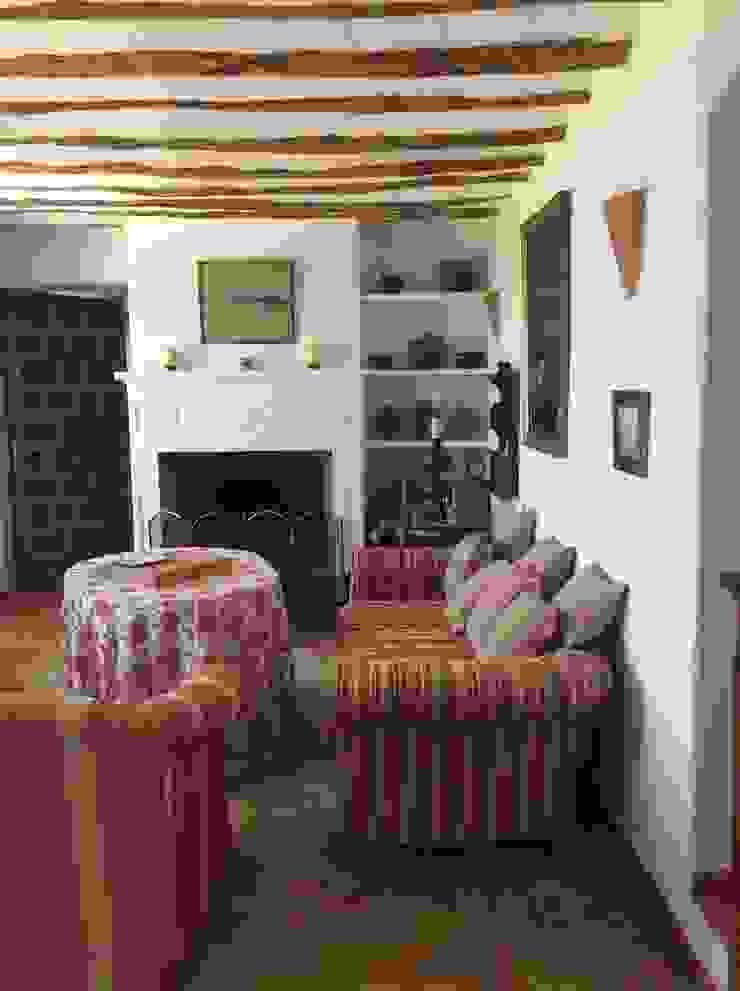 Coqueta y pequeña sala de estar Salones de estilo mediterráneo de Anticuable.com Mediterráneo