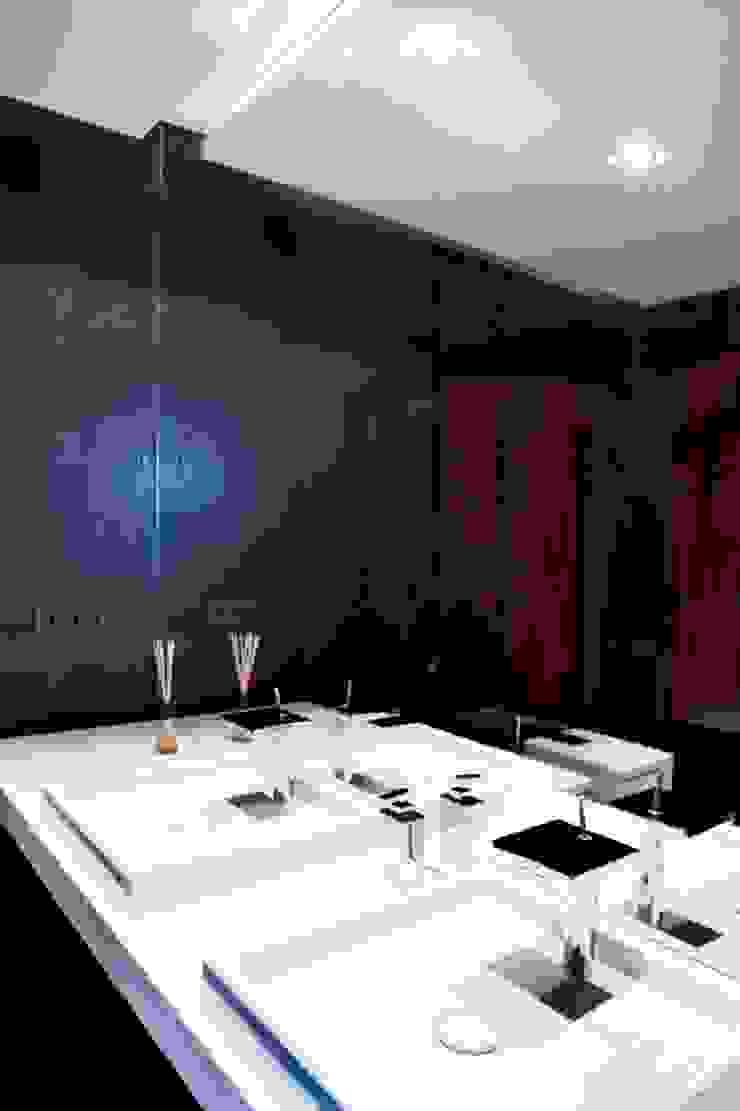 Minimalist bathroom by living box Minimalist