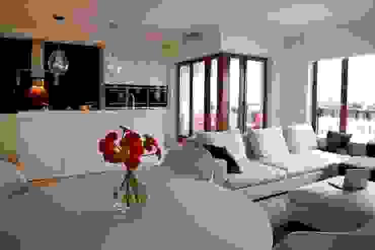 Salon z otwartą kuchnią Minimalistyczny salon od living box Minimalistyczny