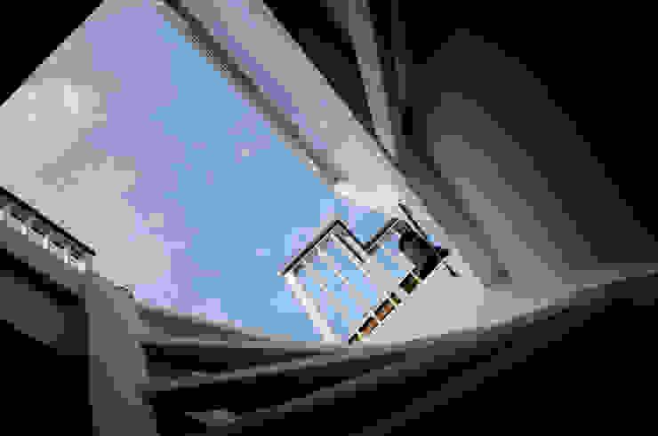 モダンスタイルの 玄関&廊下&階段 の Renoparts Vianen B.V. | Uw Dakterras Specialist モダン