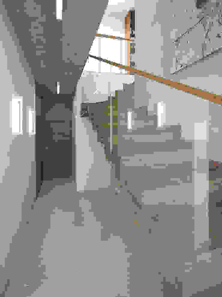 Dębowe schody dywanowe Minimalistyczny korytarz, przedpokój i schody od KRY_ Minimalistyczny