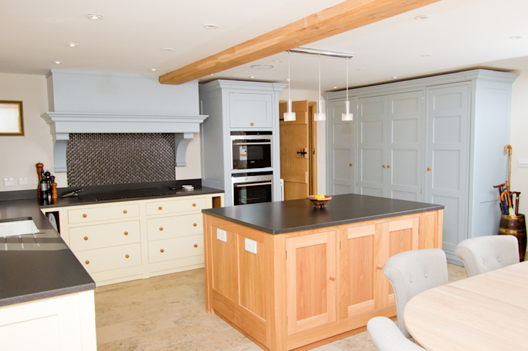 A kitchen of creams, pale blues and oaks de Design by Deborah Ltd Rural