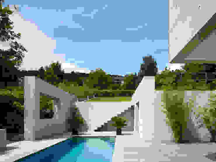 Terrasse mit Pool Minimalistischer Balkon, Veranda & Terrasse von PaulBretz Architectes Minimalistisch