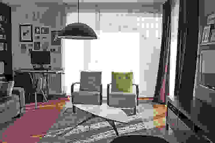 Widok na fotele retro w nowych obiciach Eklektyczny salon od Denika Eklektyczny