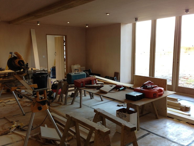 Barn Conversion - Living room freshly plastered and windows fitted de Design by Deborah Ltd
