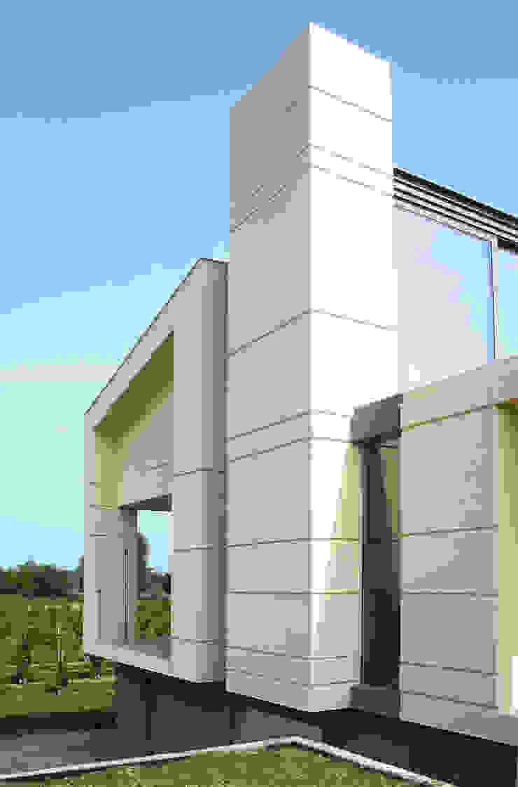 HDBV – housedouble quattro castella Balcone, Veranda & Terrazza in stile moderno di NAT OFFICE - christian gasparini architect Moderno