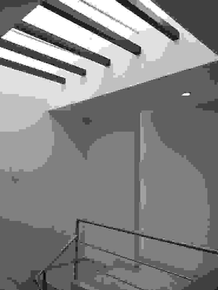 Casa Bernabé Pasillos, vestíbulos y escaleras minimalistas de Constructora e Inmobiliaria Catarsis Minimalista