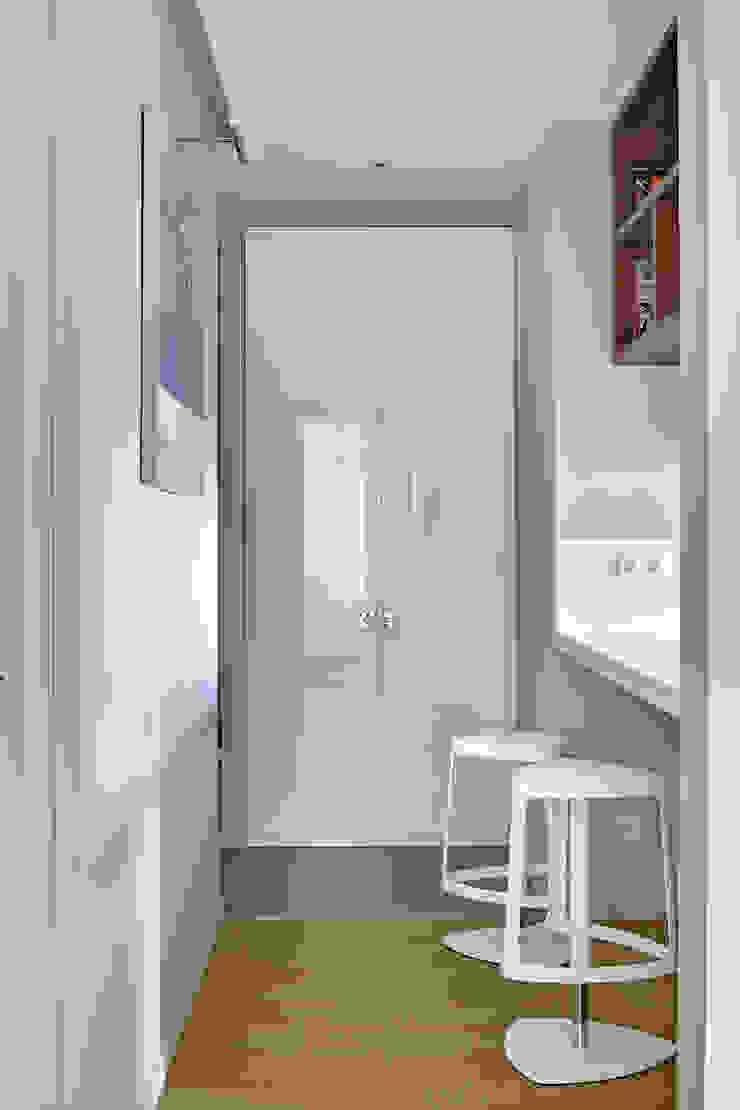 Дизайн квартиры в Москве / ул. 9 Мая Коридор, прихожая и лестница в скандинавском стиле от Бюро TS Design Скандинавский