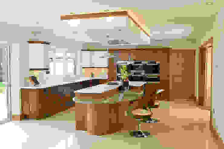 Mr & Mrs Broomhead Walnut & White Gloss Kitchen Cuisine moderne par Room Moderne