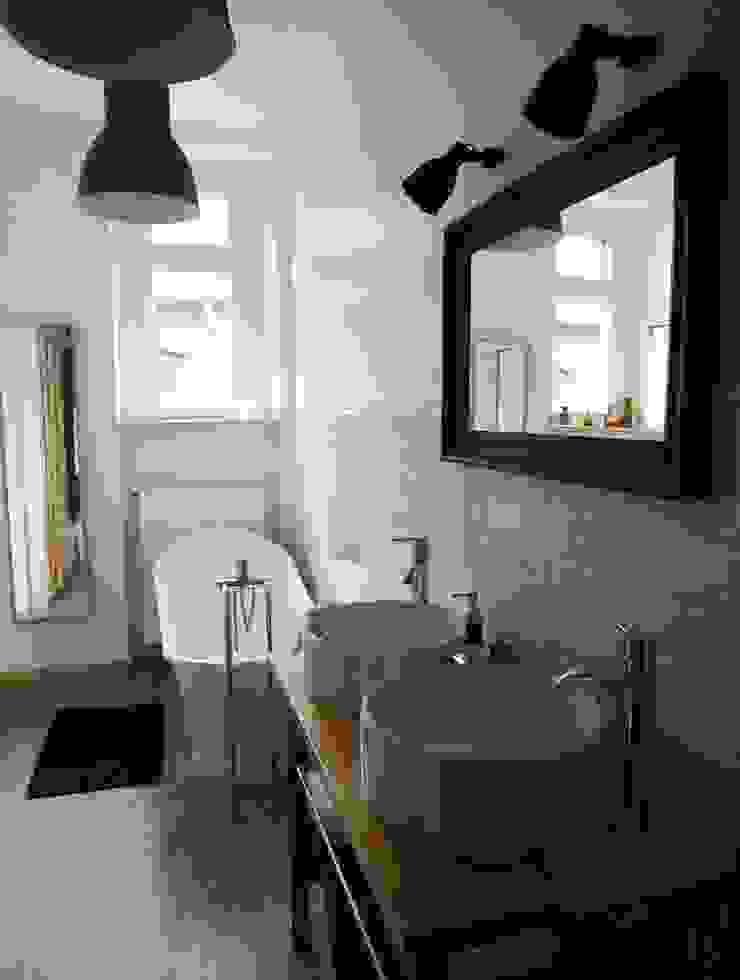 Łazienka retro Skandynawska łazienka od NaNovo Skandynawski