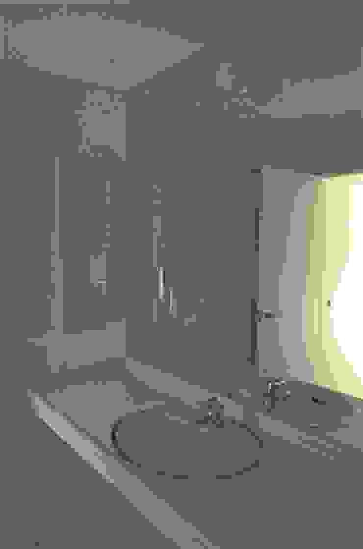 借景を取り込んだ家 モダンスタイルの お風呂 の 三浦尚人建築設計工房 モダン