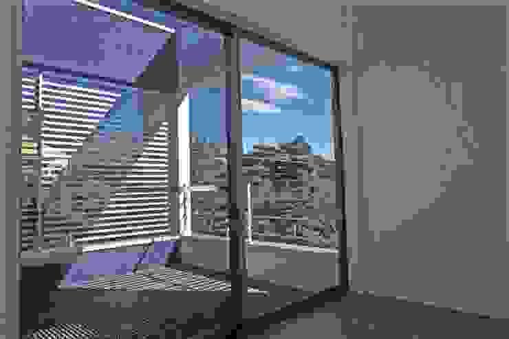 借景を取り込んだ家 モダンデザインの テラス の 三浦尚人建築設計工房 モダン