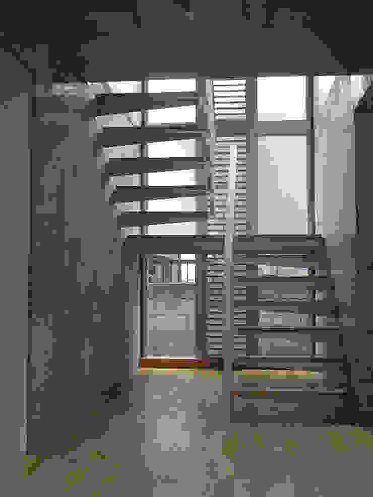 ギャラリーのある二世帯住宅 モダンスタイルの 玄関&廊下&階段 の 三浦尚人建築設計工房 モダン
