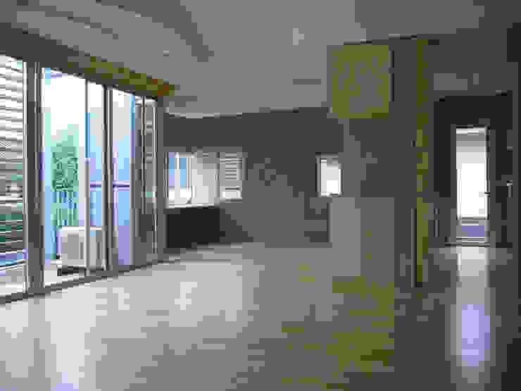 ギャラリーのある二世帯住宅 モダンデザインの リビング の 三浦尚人建築設計工房 モダン