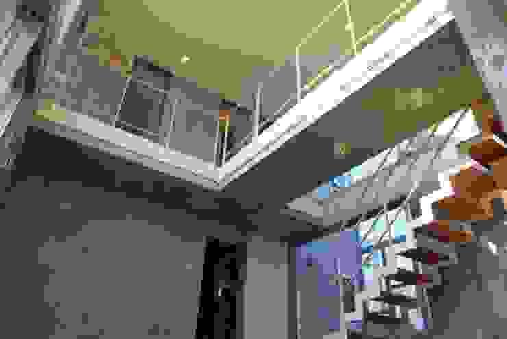中庭と坪庭のあるガレージハウス モダンスタイルの 玄関&廊下&階段 の 三浦尚人建築設計工房 モダン