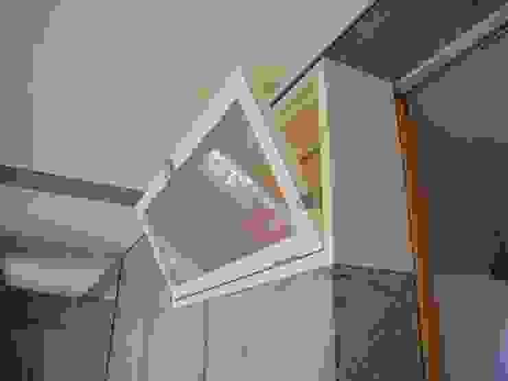 中庭と坪庭のあるガレージハウス モダンな 窓&ドア の 三浦尚人建築設計工房 モダン