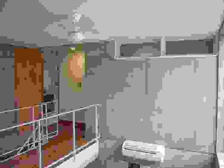 中庭と坪庭のあるガレージハウス モダンデザインの リビング の 三浦尚人建築設計工房 モダン