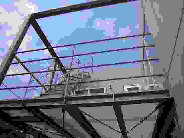 中庭と坪庭のあるガレージハウス モダンデザインの テラス の 三浦尚人建築設計工房 モダン
