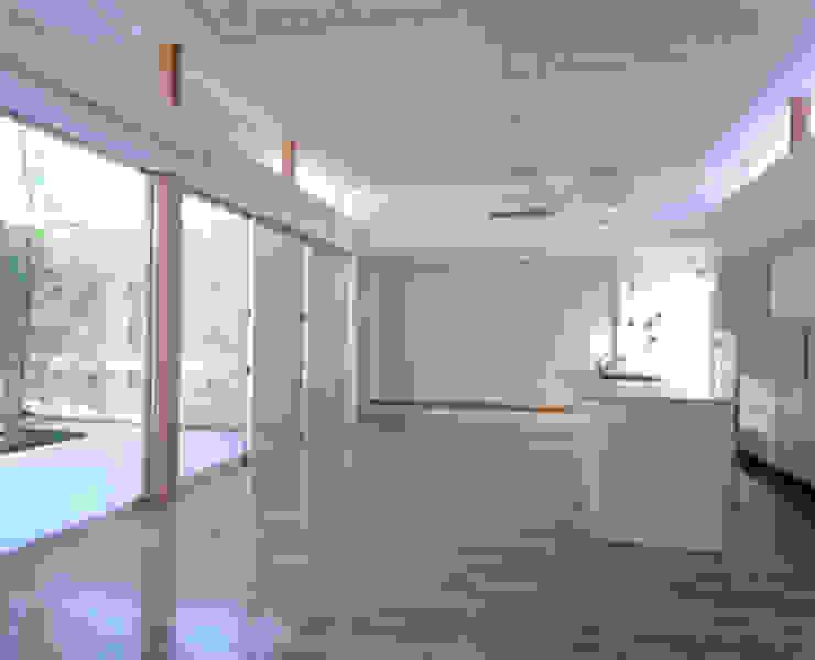 リビング・ダイニング・キッチン モダンデザインの リビング の 三浦尚人建築設計工房 モダン 無垢材 多色