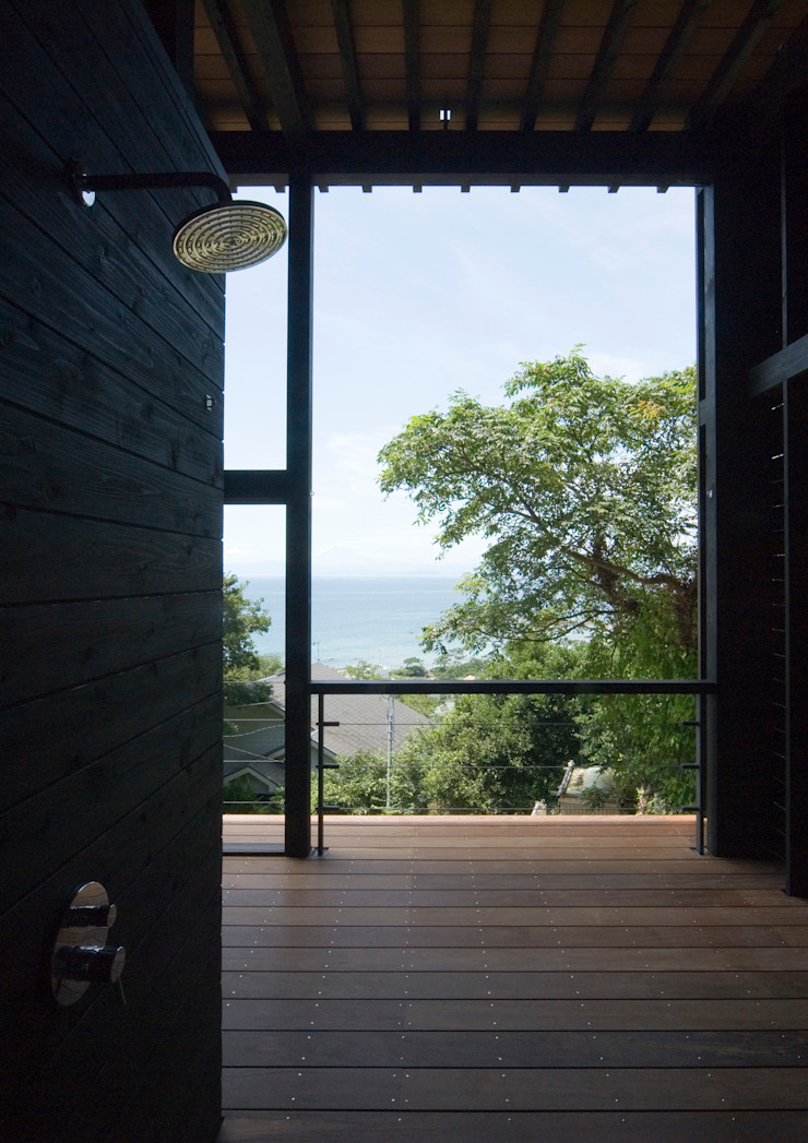 葉山の別荘 モダンスタイルの お風呂 の 井上洋介建築研究所 モダン