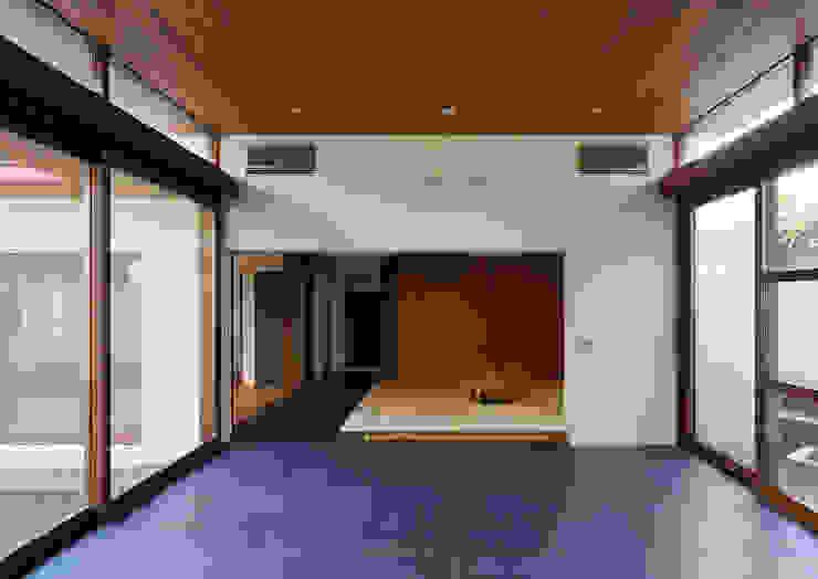 用賀の住宅 モダンデザインの リビング の 井上洋介建築研究所 モダン