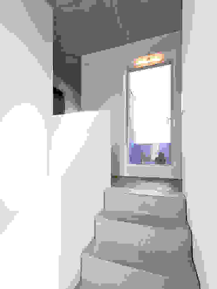 Minimalistyczny korytarz, przedpokój i schody od f m b architekten - Norman Binder & Andreas-Thomas Mayer Minimalistyczny