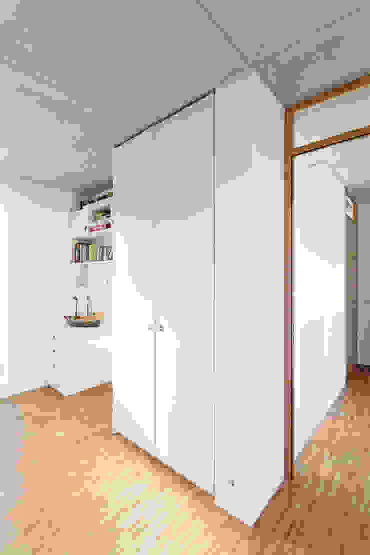 Minimalistyczny pokój dziecięcy od f m b architekten - Norman Binder & Andreas-Thomas Mayer Minimalistyczny