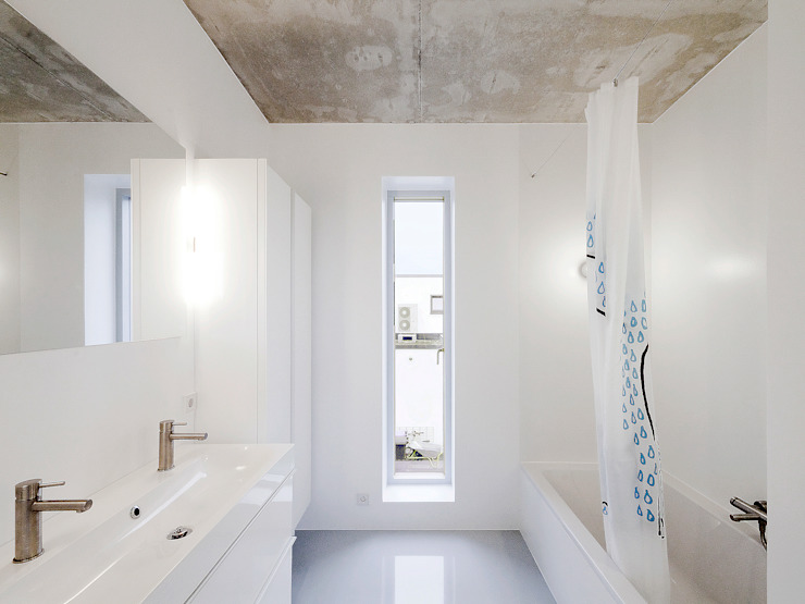Minimalist style bathroom by f m b architekten - Norman Binder & Andreas-Thomas Mayer Minimalist