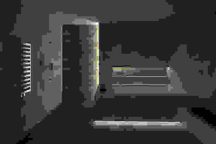 Łazienka w betonie i drewnie Minimalistyczna łazienka od KRY_ Minimalistyczny