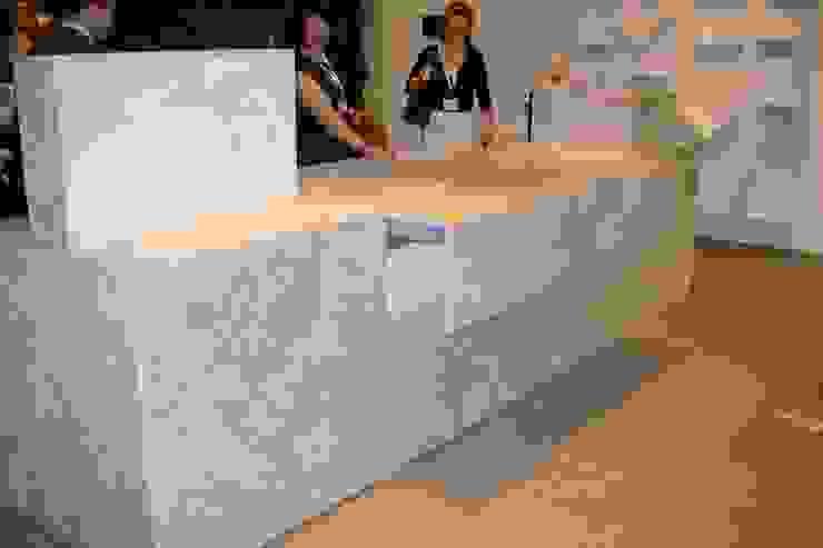 Lamına Stone – Mermer Mutfak Adası: modern tarz , Modern