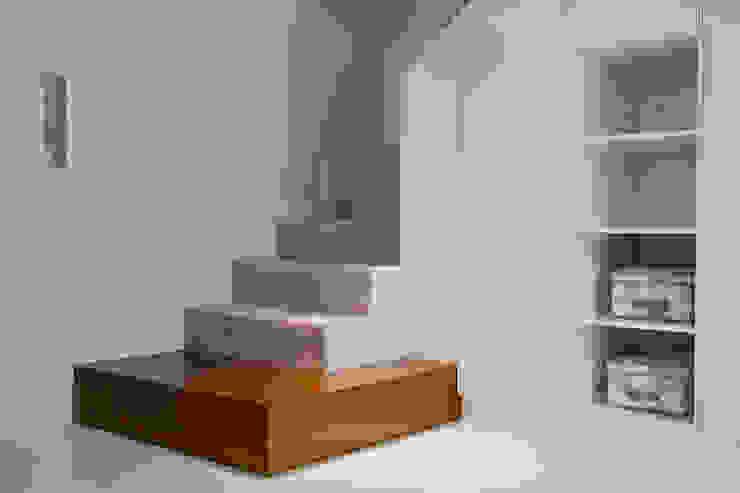 Zabudowa meblowa schodów Nowoczesny korytarz, przedpokój i schody od ARCHISSIMA Nowoczesny