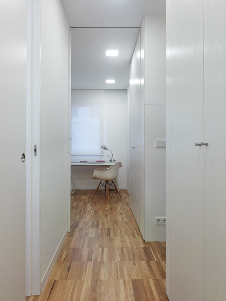Modern corridor, hallway & stairs by Castroferro Arquitectos Modern