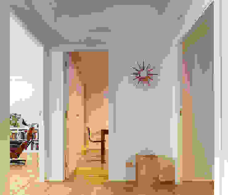 Piso en Vigo Pasillos, vestíbulos y escaleras de estilo moderno de Castroferro Arquitectos Moderno