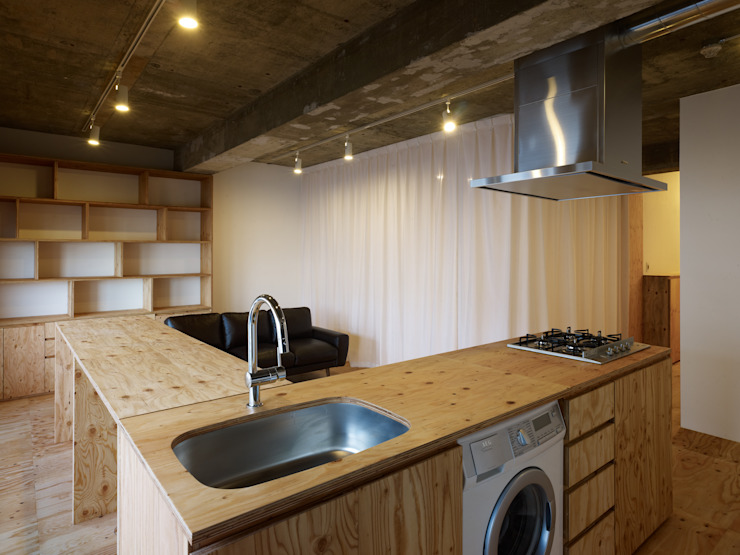 Minimalist kitchen by 吉田裕一建築設計事務所 Minimalist Plywood