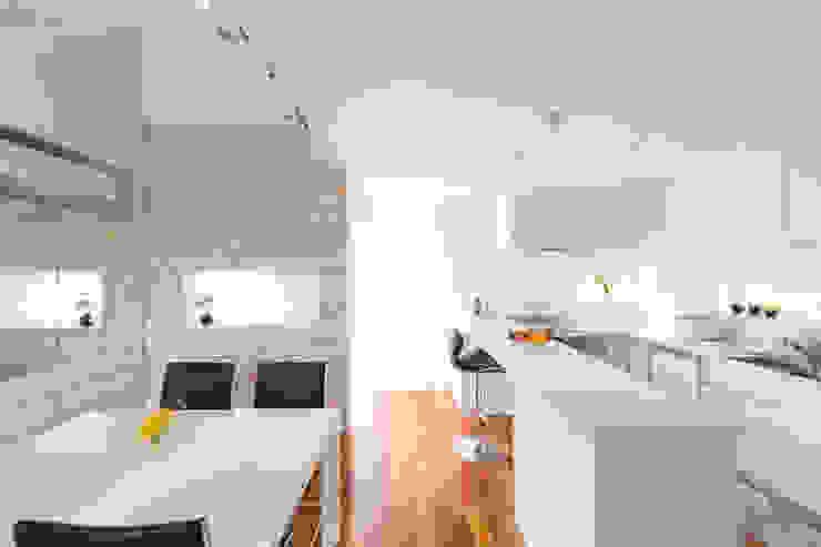 現代廚房設計點子、靈感&圖片 根據 吉田裕一建築設計事務所 現代風 塑木複合材料