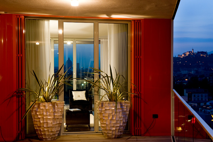 Studio Architettura Carlo Ceresoli Balkon, Beranda & Teras Modern