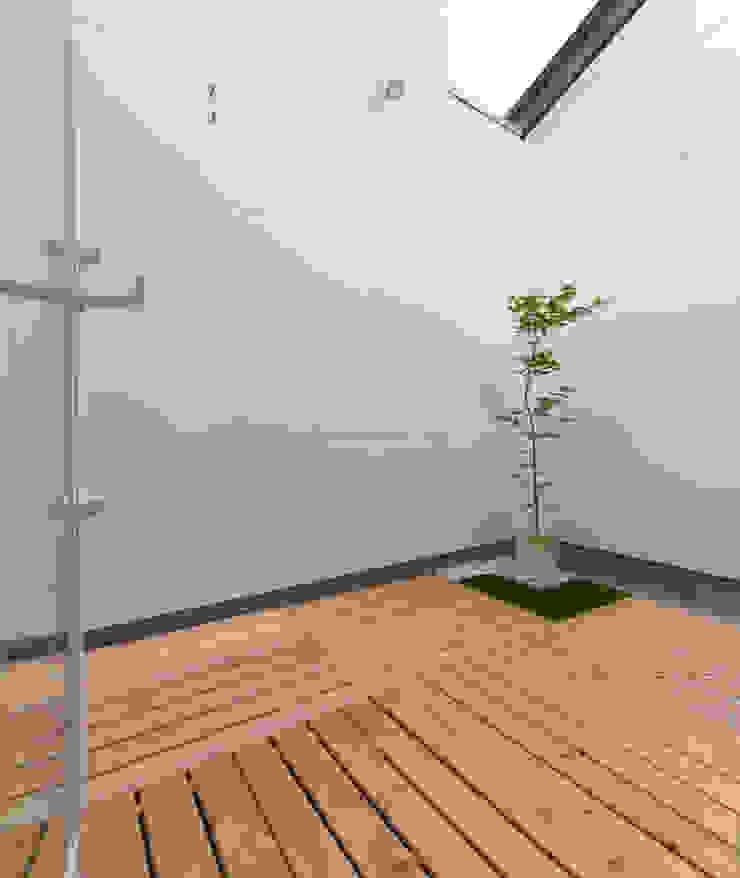 蔵波・HOUSE・T(KURANAMI・HOUSE・T) モダンデザインの テラス の 吉田裕一建築設計事務所 モダン 木 木目調