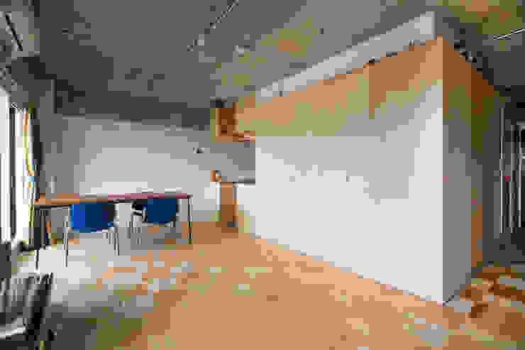 Salas de estar  por 吉田裕一建築設計事務所 , Moderno