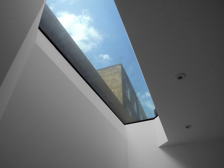 Old Workshop - rooflight Finestre & Porte in stile moderno di Jack Woolley Moderno