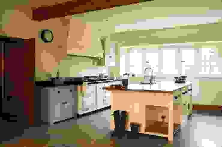 The Osgathorpe Classic English Kitchen by deVOL Country style kitchen by deVOL Kitchens Country