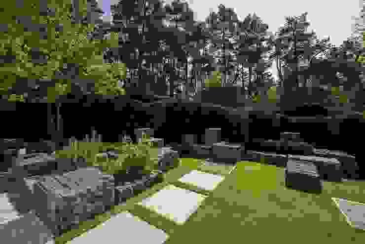 Modern Garden by Naturform Japangärten & Koiteichbau Modern