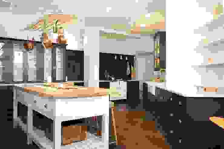 The Clerkenwell Showroom Shaker Kitchen Classic style kitchen by deVOL Kitchens Classic